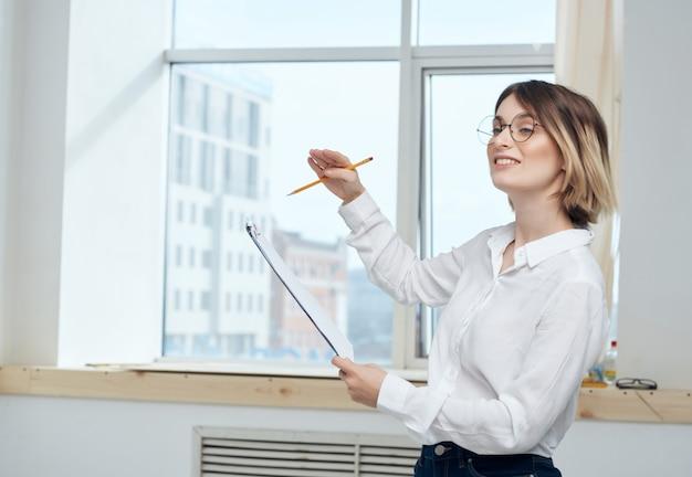 Деловая женщина работает, затем документы копирует офисное пространство