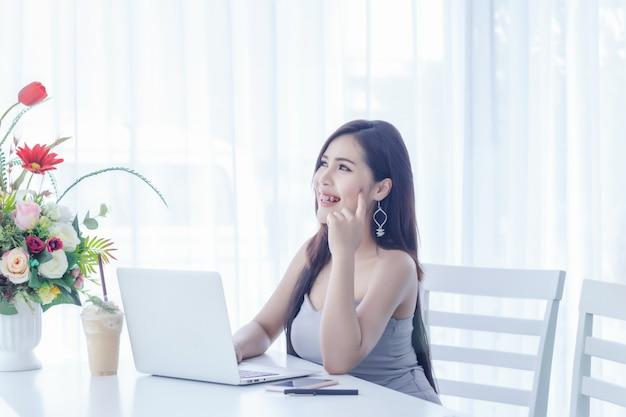 비즈니스 여자 노트북으로 작동합니다.