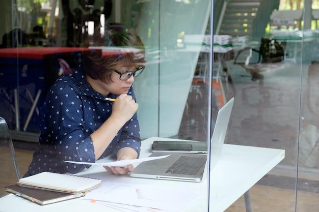 Business woman workin in office
