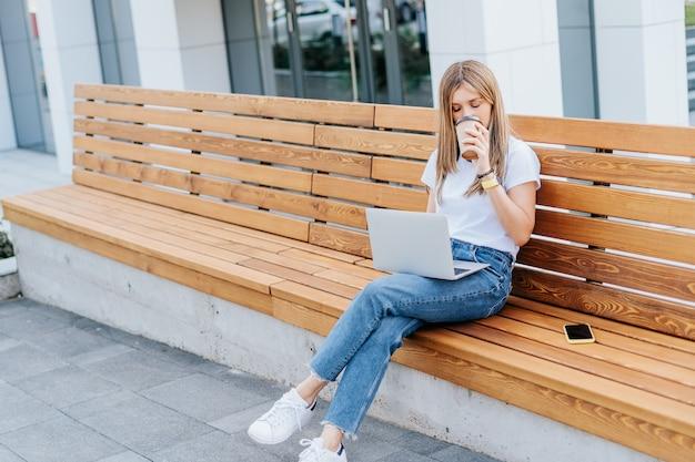 Деловая женщина, работающая на ноутбуке за пределами