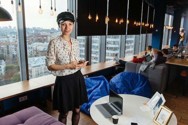 좋은 창조적 인 분위기와 사무실에서 일하는 비즈니스 우먼