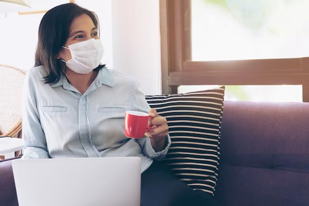 Деловая женщина работает из дома, в то время как она должна оставаться дома для самостоятельного карантина. вирус короны или концепция covid-19.