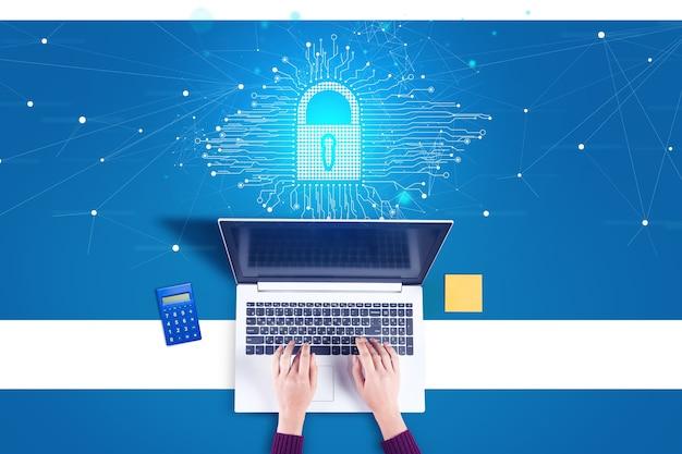 컴퓨터와 잠금 아이콘에서 일하는 비즈니스 우먼