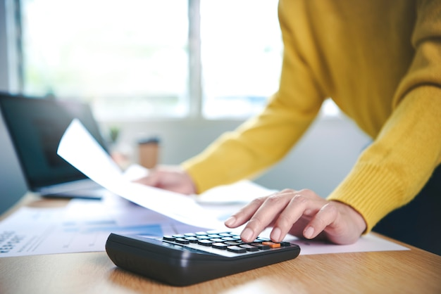 Деловая женщина, работающая в области финансов и бухгалтерского учета, анализирует финансы