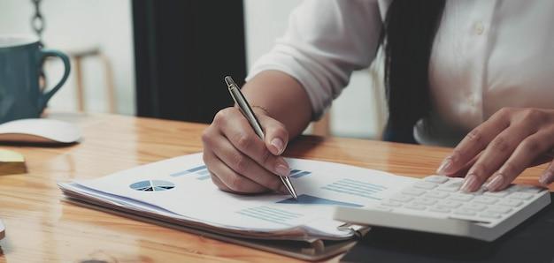 Деловая женщина, работающая в области финансов и бухгалтерского учета, анализирует финансовый бюджет в офисе
