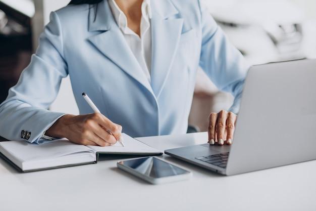 컴퓨터에 사무실에서 일하는 비즈니스 우먼