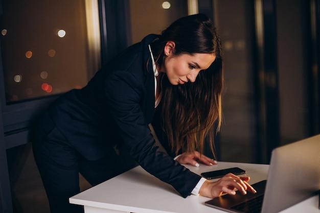 Деловая женщина, работающая поздно ночью в офисе