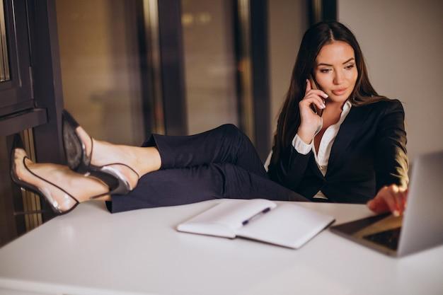 オフィスで夜遅くまで働くビジネスウーマン
