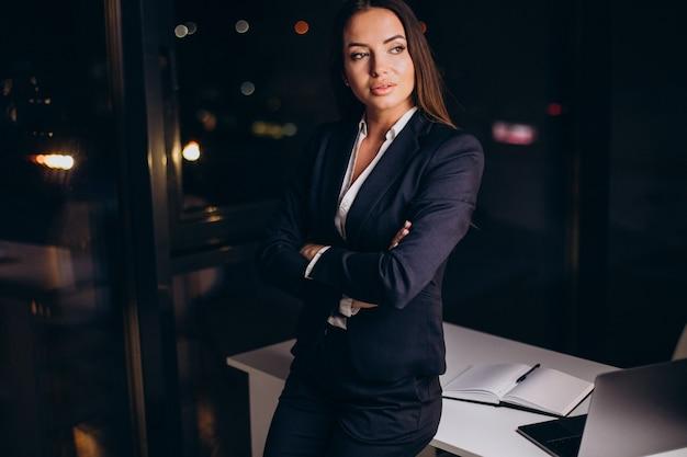 Donna d'affari che lavora fino a tardi in ufficio
