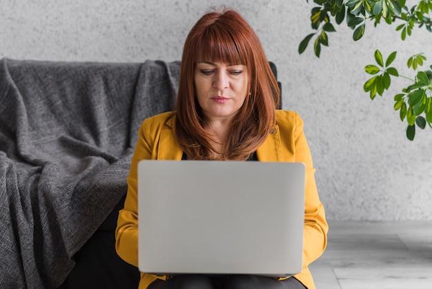 Деловая женщина работает на ноутбуке