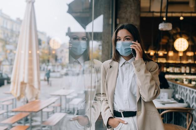 La donna di affari che lavora in quarantena parla al telefono