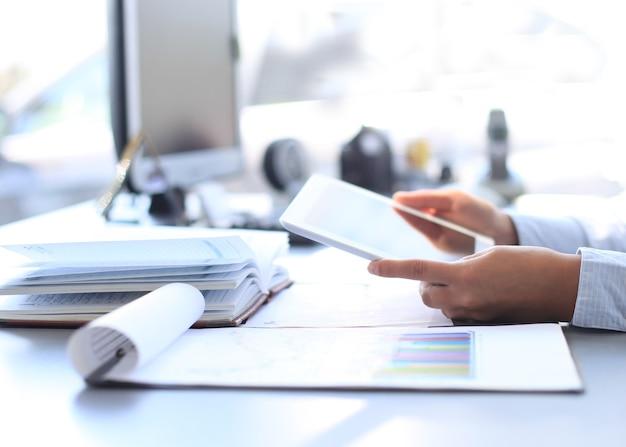 現代のオフィスでデジタルタブレットを扱うビジネスウーマン