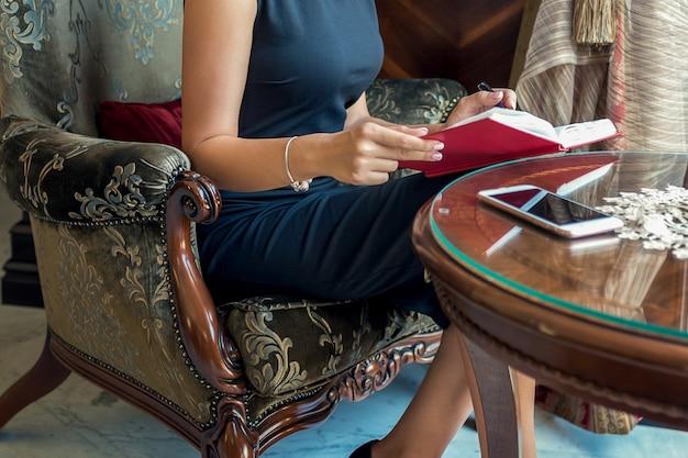 ビジネスの女性は自宅で動作します。
