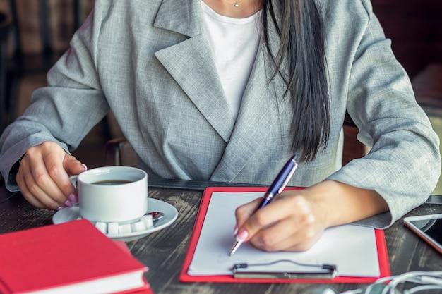 Бизнес женщина писать в кафе.