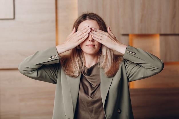 사무실에서 비즈니스 여자 젊은 성인 코치 손 팔 손바닥으로 눈을 감고