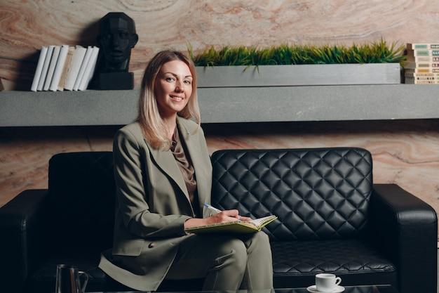 사무실에서 비즈니스 여자 젊은 성인 코치.