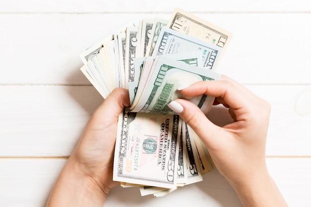 백 달러 지폐를 세는 비즈니스 여자 손