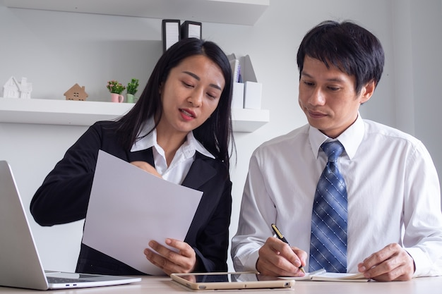 비즈니스 여성이 설명을하고 신입 사원의 컨설턴트입니다. 최대의 성공을 달성하기위한 투자 및 작업.