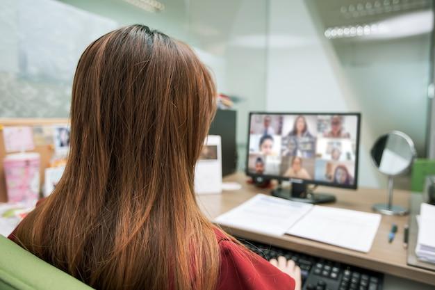 ビジネスウーマンはビデオ通話にコンピューターを使用しています
