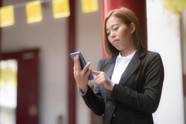 Деловые женщины смотрят на смартфоны деловой контакт
