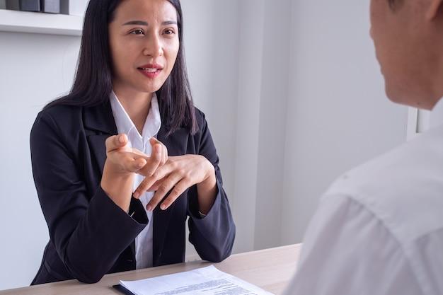 비즈니스 여성 또는 무역 및 금융 컨설턴트가 영업 사원 또는 고객에게 조언합니다. 회사는 운영 문제에 대한 솔루션을 제안합니다. 상담 개념 비즈니스 협상