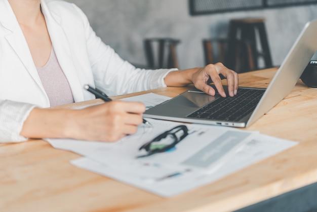 Деловые женщины сидят за ноутбуком и проверяют документы бизнес-графика, работают в финансовых транзакциях, бухгалтерском учете