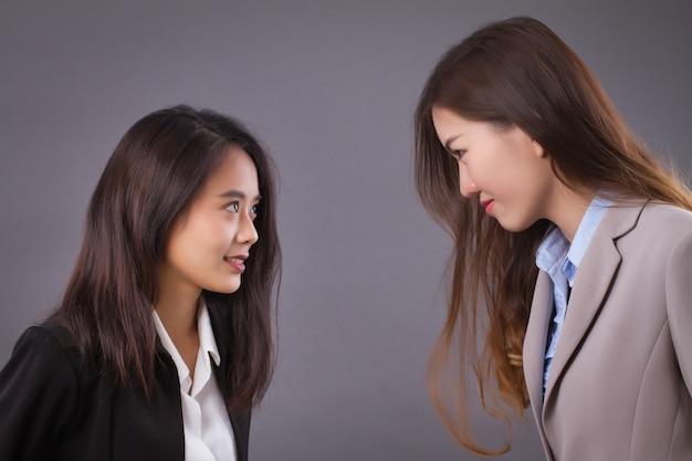 Деловые женщины смотрят, концепция бизнес-конкуренции