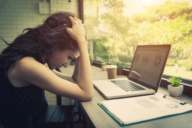 직장 여성들은 직장에서 스트레스를 받았습니다. 기술과 라이프 스타일 개념