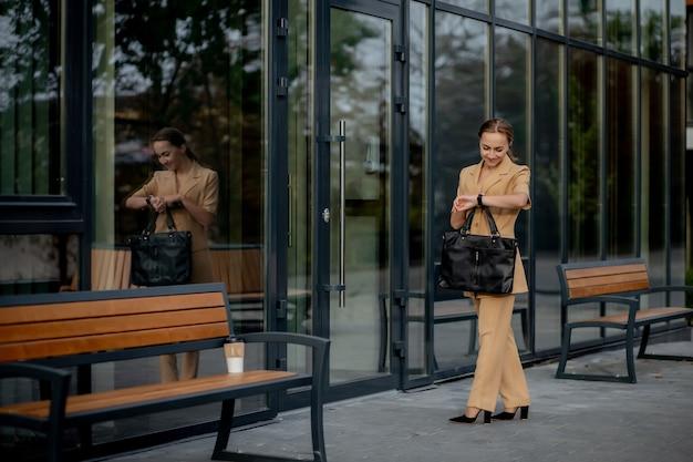 ビジネスウーマンスタイル。仕事に行くブリーフケースを持つ女性。