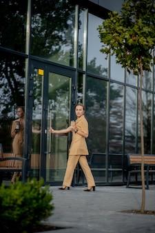 仕事に行くブリーフケースを持つビジネスウーマンスタイルの女性