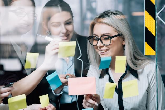 비즈니스 여성 팀 브레인 스토밍. 성공적인 전략 개발. 아이디어를 공유하는 기업 임원.