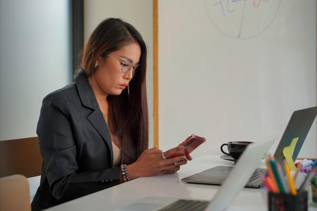 비즈니스 여성은 채팅 전화를 사용하여 고객, 기술 아이디어에 연락합니다.