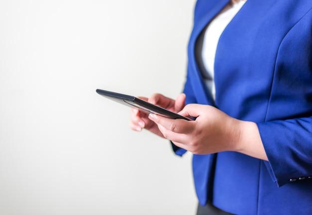 ぼやけた背景、テクノロジーの人々の接続ネットワークの概念のラップトップを持つビジネス女性