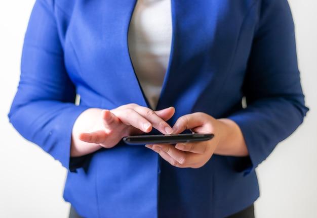 Деловые женщины с ноутбуком на размытом фоне, концепция сети подключения людей технологии
