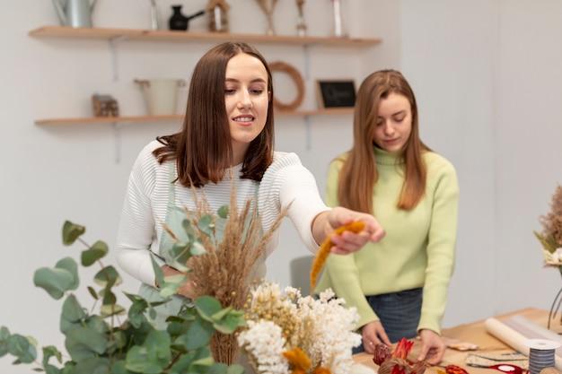 Бизнес женщин, работающих в цветочном магазине