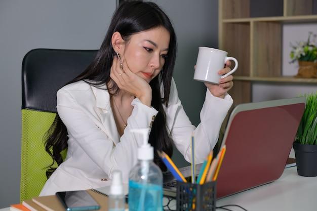 Деловые женщины, работающие в доме во время распространения вируса covid-19