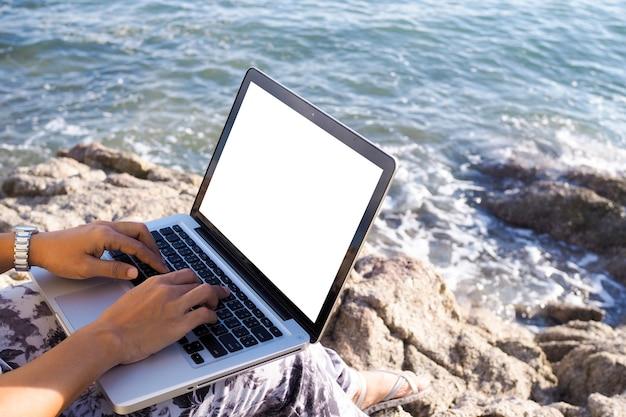 Деловые женщины, работающие с ноутбуком и отдохнуть на пляже