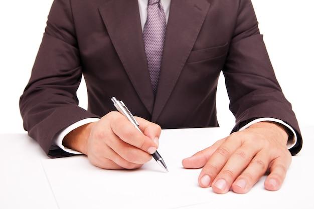 거래를 체결하기 위해 계약에 서명하는 비즈니스 작업자