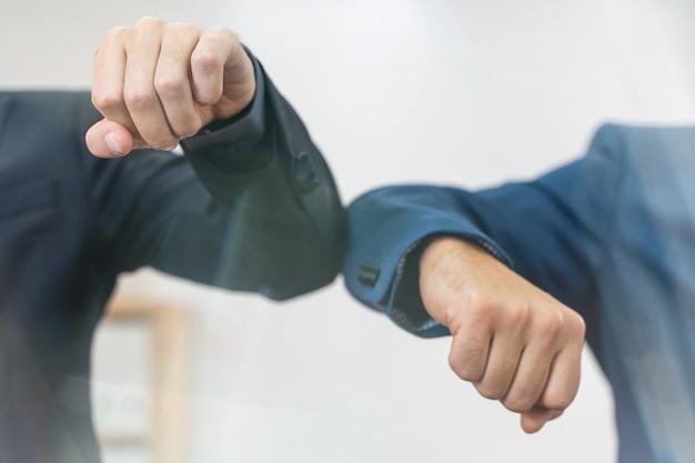 흰색 배경에서 비즈니스 근로자 팔꿈치 인사말 잠금 후 사무실에서 다시 일하기
