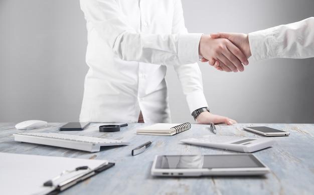 オフィスで握手するビジネスワーカー。