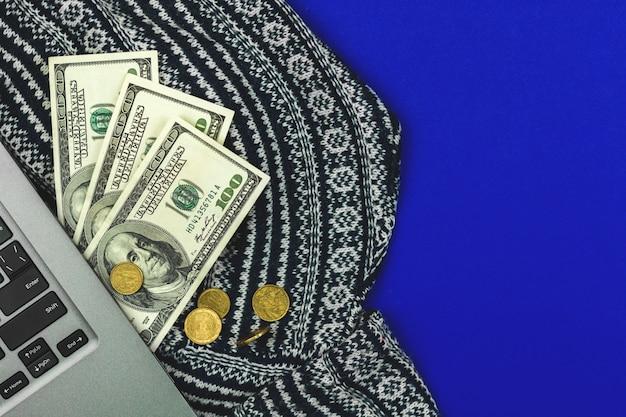 ビジネスワークスペースの概念、ラップトップと青い背景写真にお金とデスクトップ