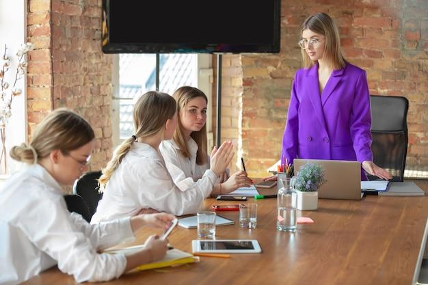 팀과 함께 현대 사무실에서 비즈니스 젊은 여자
