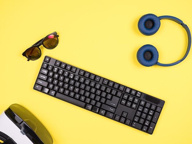사업가의 탑 뷰 노란색 책상 컨셉 이미지, 가상 현실, 헤드폰, 선글라스