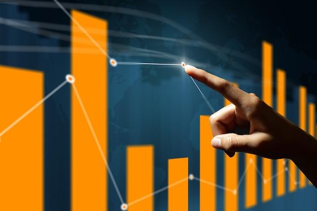 보드에 주식 시장 재무 데이터를 분석 하는 사업가.