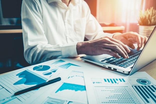 사업가 주식 시장 조사 데이터를 분석합니다.