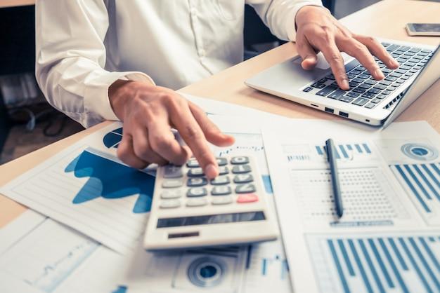Бизнесмен анализирует данные исследования фондового рынка.