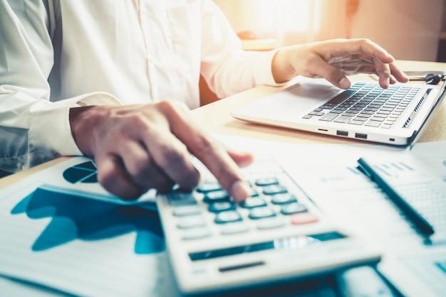 Бизнесмен анализирует данные исследования фондового рынка
