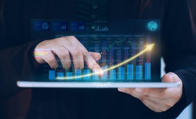 디지털 증강 그래픽을 사용하여 회사 재정 균형을 분석하는 사업가. 비즈니스 및 마케팅 기술에 대한 ..