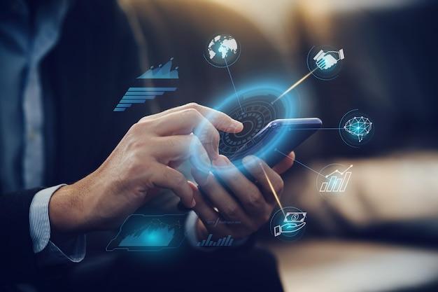 Бизнесмен анализирует финансовый отчет компании с цифровой графической технологией дополненной реальности
