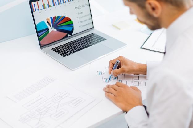 재무 데이터를 분석하고 마케팅 계획을 세우는 사업가입니다. 비즈니스 개념입니다.